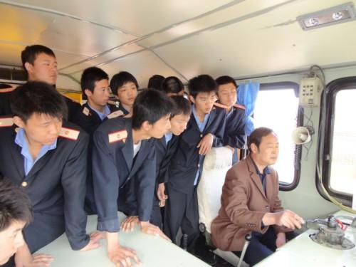 铁路专业学生在观摩师傅机车操作